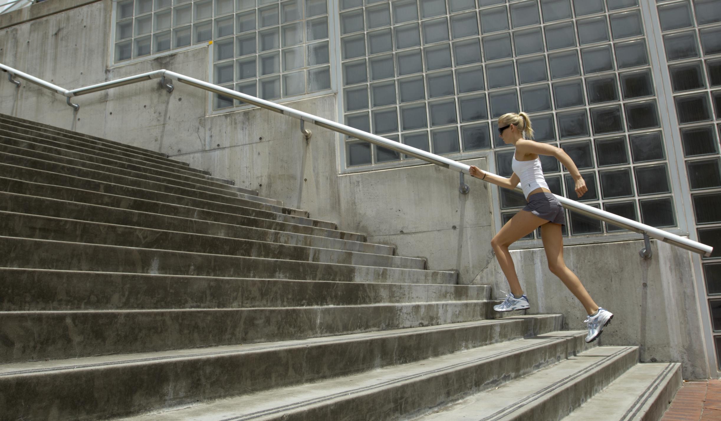 Hacer cuestas y escaleras es elemental para correr mejor.