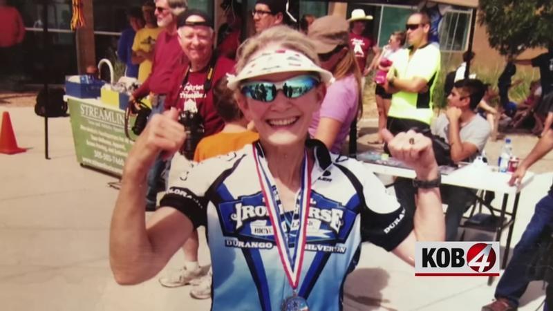 Triatleta de 70 años compite en triatlones después de vencer el cáncer de mama.