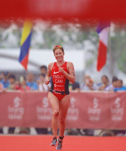 Paula Findlay se prepara para defender el título del Triatlón de Beijing.